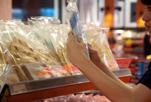 Kids reading supermarket labels on eatlivetravelwrite.com