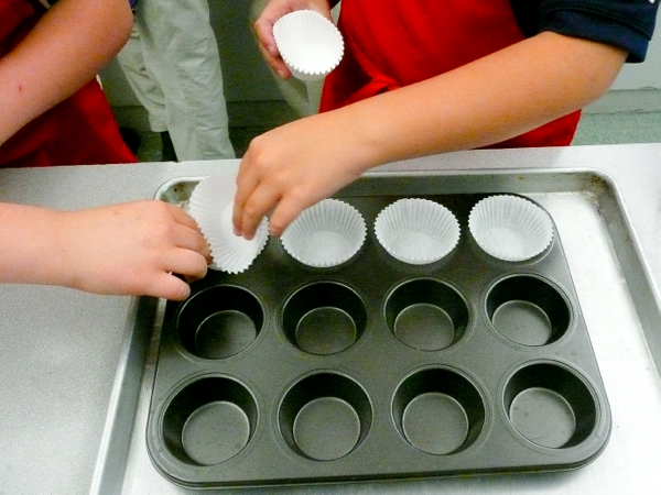 Kids setting up muffin tins on eatlivetravelwrite.com