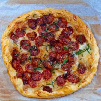 Slow roasted tomato and mozzarella puff pastrypizza on eatlivetravelwrite.com