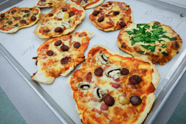 Kids make homemade pizzas on eatlivetravelwrite.com