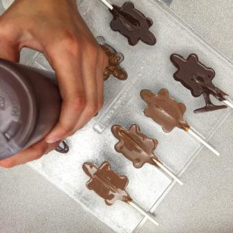Kids making chocolate frogs on eatlivetravelwrite.com