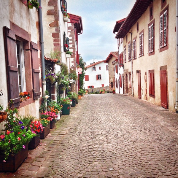 Quiet street in Saint-Jean-Pied-de-Port on eatlivetravelwrite.com
