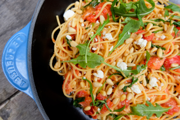 Spaghetti with tomatoes, lemon, feta and arugula
